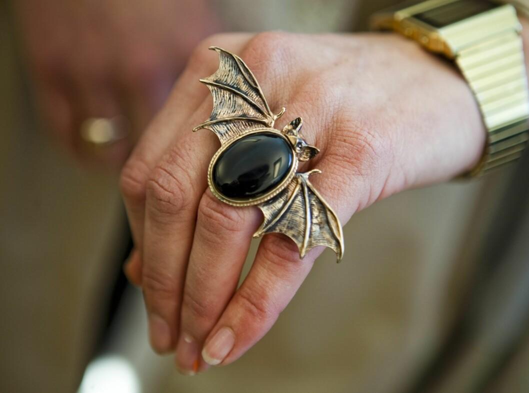 Knokler, insekter og hodeskaller er hot på smykkefronten. Denne vesle flaggermusringen fra Maria Nilsdottir er utrolig kul, og perfekt til en svart skinnjakke.