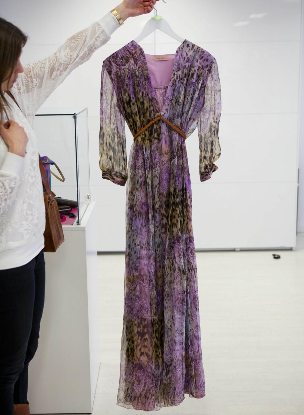 Sommerkjolen kan brukes utover høsten og vinteren også, så lenge jakken, strømpene og skoene er varme nok. Denne lilla kjolen fra norske Cecilie Melli er en drøm, og kan brukes hele neste sommer også.