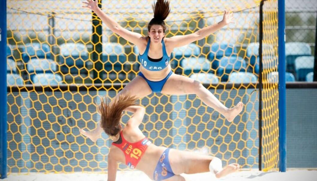 <strong>MINIMALE ANTREKK:</strong> Beachhåndballjentene må spille i en bikini-lignende bekledning. Foto: Uros Hocevar / EHF