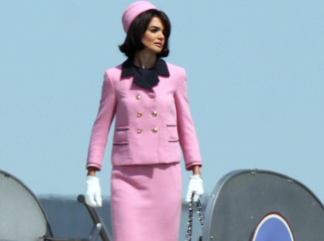 PRIKK LIK: Skuespiller Katie Holmes som presidentfrue Jackie Kennedy. Legg merke til Chanel-vesken, den klassiske dressen og den runde hatten. Perfekt! Foto: All Over Press