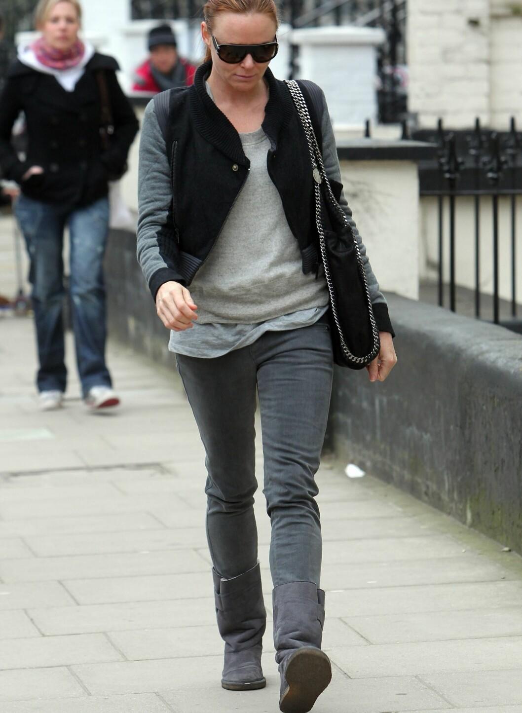Stella McCartney på vei hjem etter å ha levert barna på skolen. Iført UGGs, såklart.  Foto: All Over Press