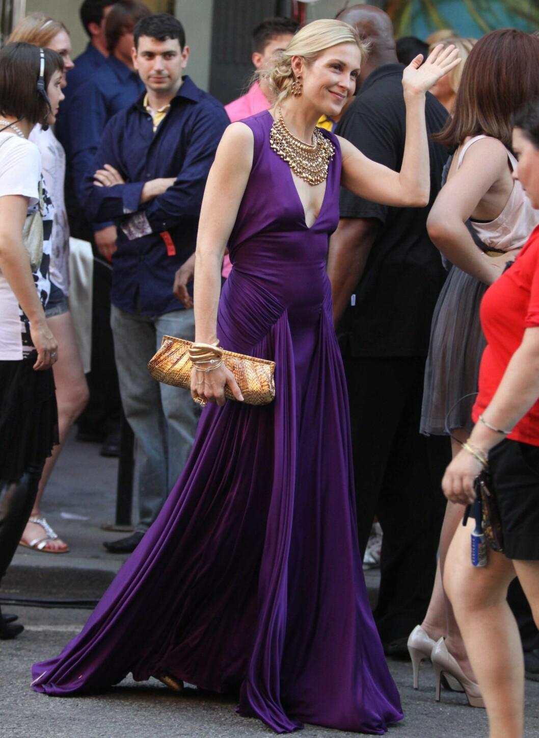 Kelly Rutherford ser elegant ut i denne lange, lilla festkjolen. Legg merke til de store smykkene! Smekkekjedetrenden fortsetter.  Foto: All Over Press