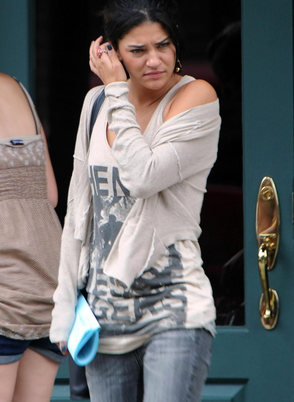 Jessica Szohr ser trøtt ut i det hun forlater Gossip Girl-settet, men vi digger den avslappede stilen. Jeans, singlet og en løs cardigan er aldri feil. Hun har gjort stilen hakket mer feminin med en stor ring på pekefingeren og lekre øredobber.  Foto: All Over Press