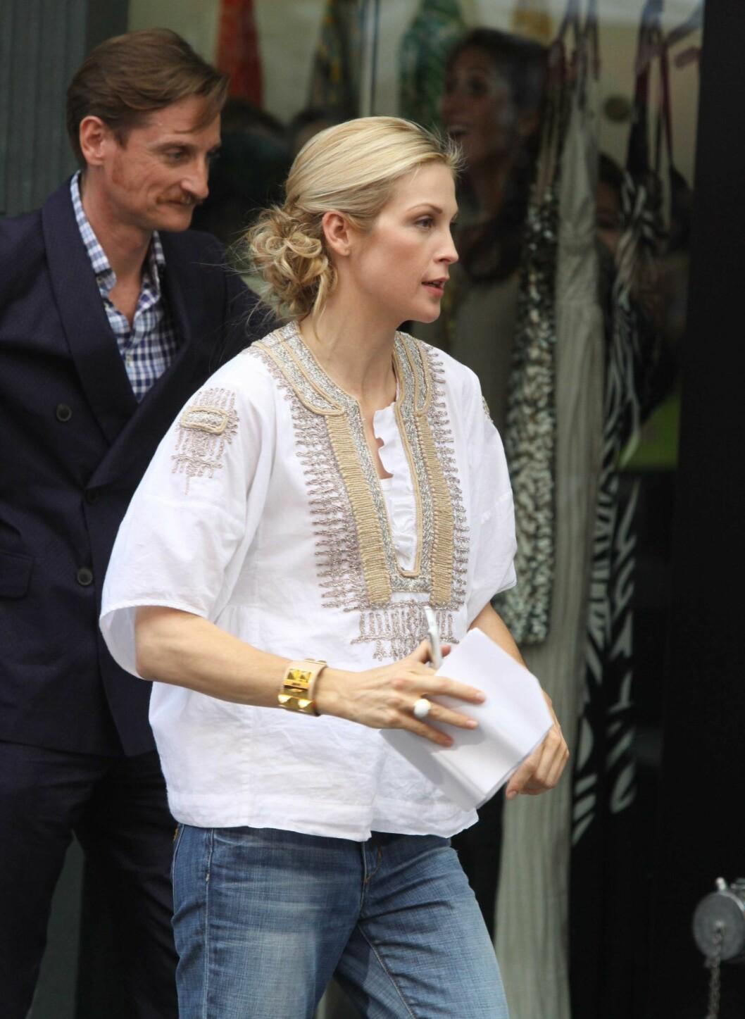 Kelly Rutherford ser sommerlig ut mellom opptakene. Løstsittende jeans og en hvit tunika med gulldetaljer er akkurat passe avslappet.  Foto: All Over Press