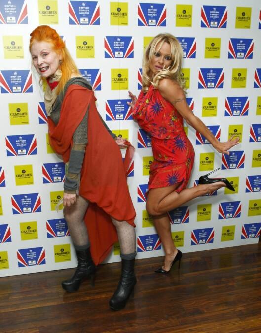 FOR ET PAR: De to damene legger ikke bånd på seg selv, ei heller på British Comedy Awards i London i fjor. Foto: All Over Press
