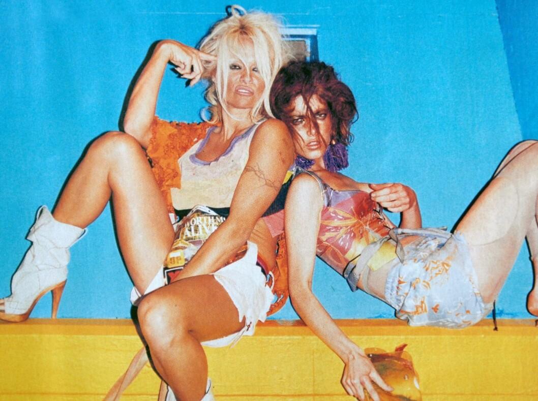 STYLET SLITEN: Pamela Anderson ser ut som hun har sett bedre dager i Vivienne Westwood-kampanjen som preger bybildet i London i disse dager. Modellen til høyre i bildet er ikke navngitt. Foto: All Over Press