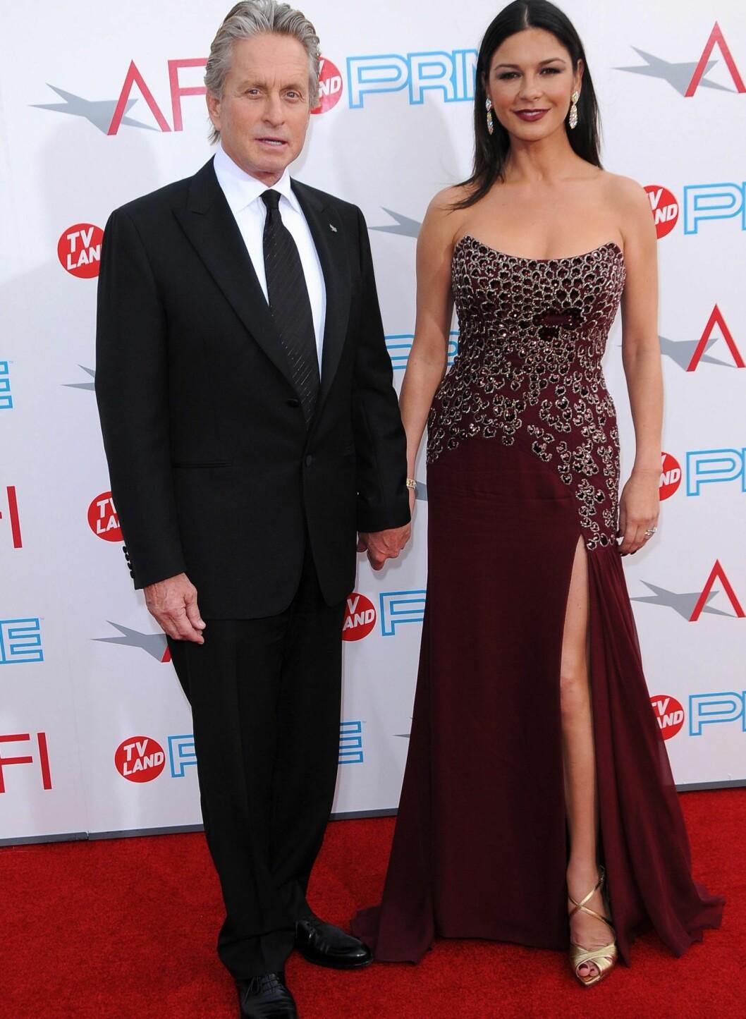 Bilde tatt i fjor på AFI Life Achievement Award Honoring Michael Douglas (ektemannen, t.v.). Zeta-Jones i nydelig stroppeløs kjole med sølvdekorert overdel og høy splitt. Foto: All Over Press
