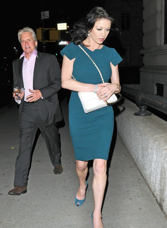 Michael Douglas og Catherine Zeta-Jones knipset på gata i New York City i april, i petroleumsblå kjole og sko i semsket skinn med åpen tå. Foto: All Over Press