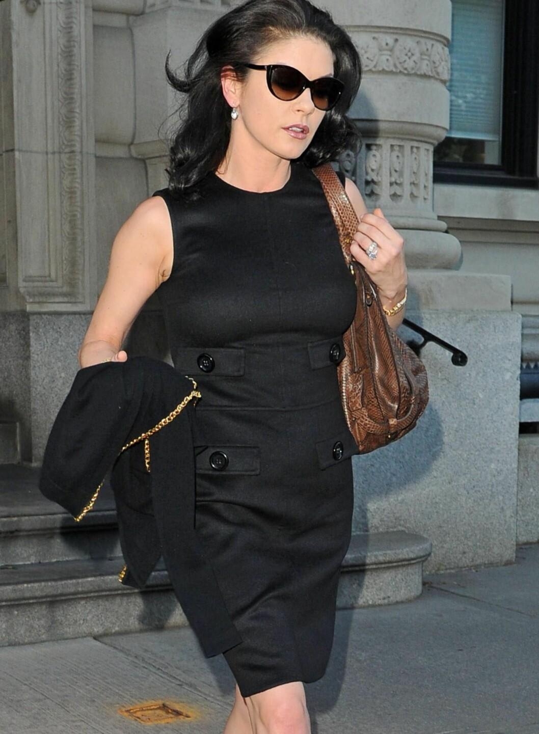 Catherine Zeta-Jones knipset i april dette året. Det enkleste er ofte det beste. Her i knelang svart kjole i klassisk snitt. Foto: All Over Press