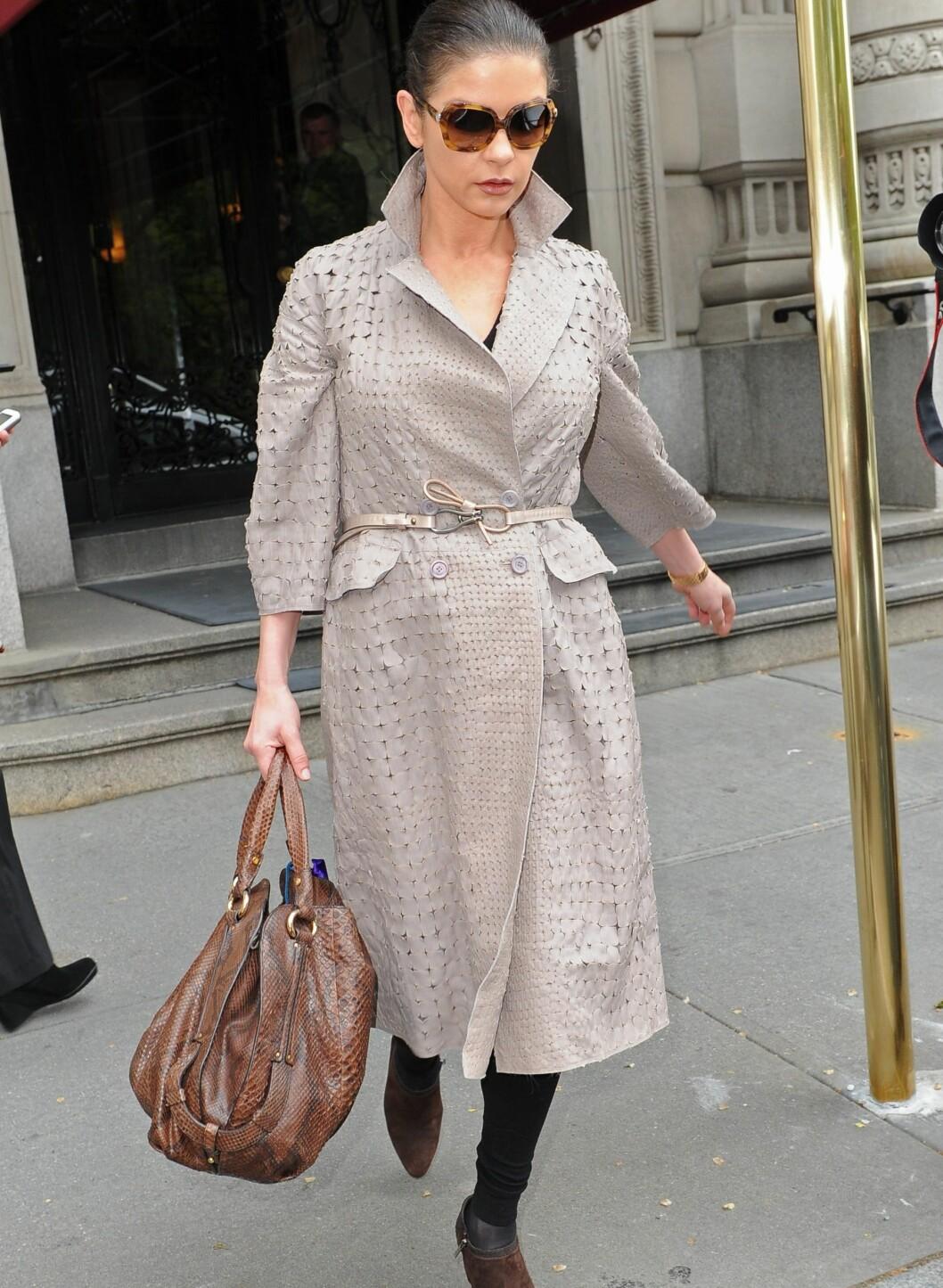 Elegant trenccoat med skinnbelte i livet og brune ankelstøvletter. Foto: All Over Press