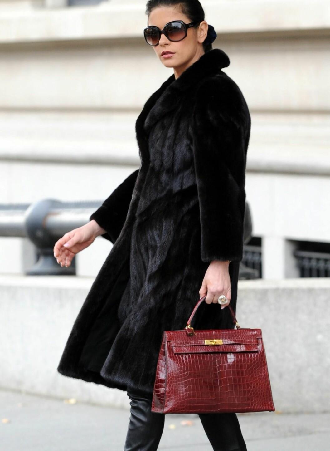 Dette antrekket fikk Zeta-Jones på PETAs verst kledd-liste: Lang pelskåpe, krokodilleskinnsveske og lange skinnbukser. Foto: All Over Press