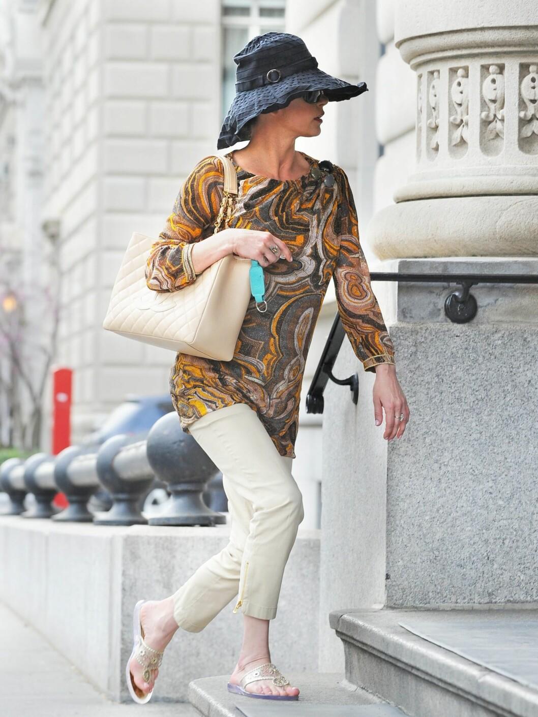 De beige bestemorbuksene - igjen - en mønstret tunika i 70-tallsfarger og en formløs hatt på toppen. Foto: All Over Press
