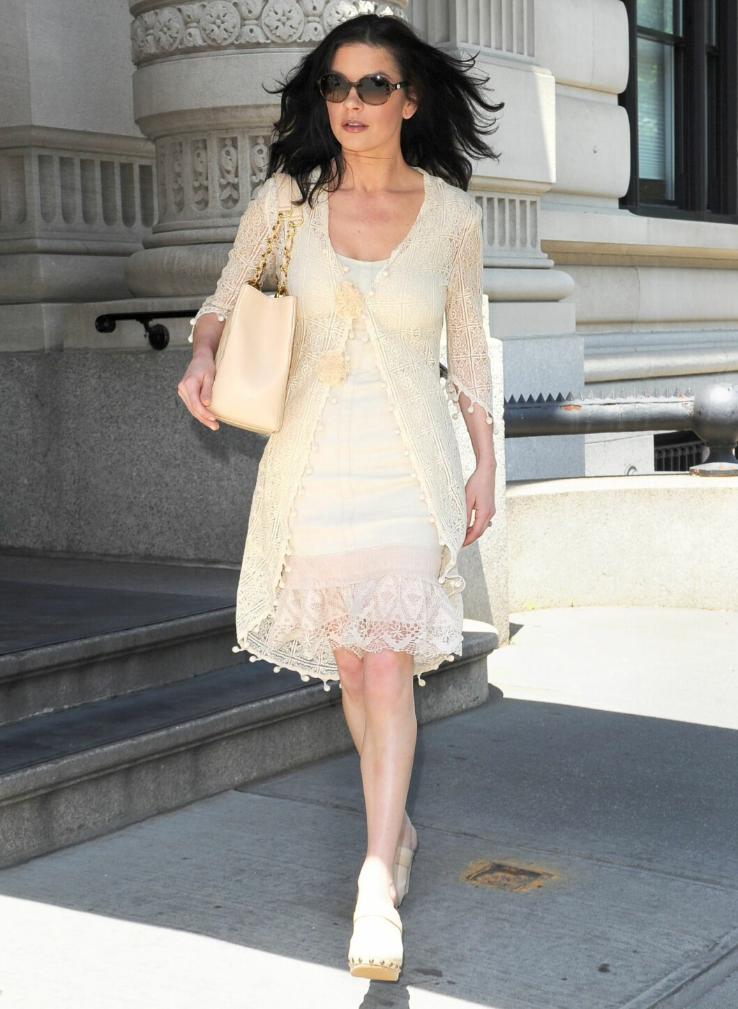 """Sett - det vil si kjole og omslagsjakke som """"hører sammen"""" - bør unngås. Samme fargetone på både veske og sko gjør det hele enda verre. Foto: All Over Press"""