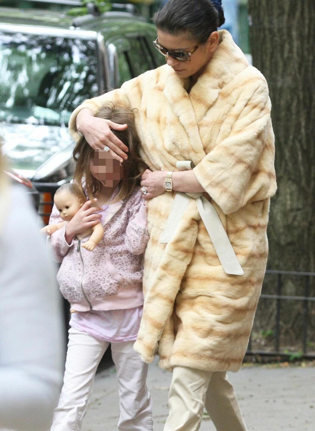Her i diger pelskåpe og de beige bestemorbuksene (nok en gang). Foto: All Over Press