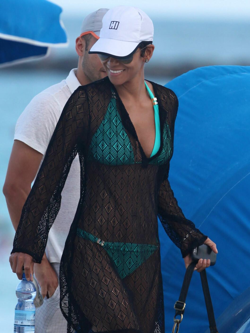 Også Halle Berry har en turkis variant av det populære badetøyet.  Foto: All Over Press