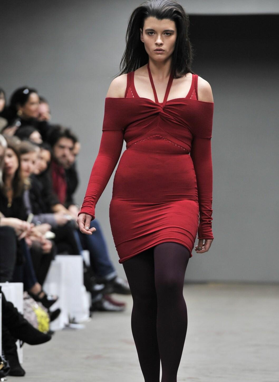Supermodellen Crystal Renn viser fram en vinrød kjole fra Mark Fast. Foto: All Over PressAll Over Press