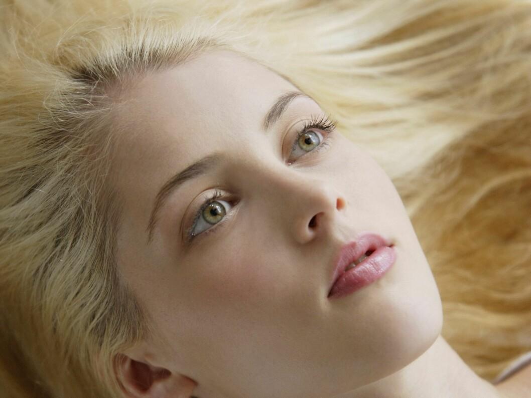 HÅR OG HELSE SOM HÅND I HANSKE: Det er normalt å mistre rundt hundre hårstrå daglig, men visste du at helsen din kan påvirke hårveksten? Foto: All Over PressAll Over Press