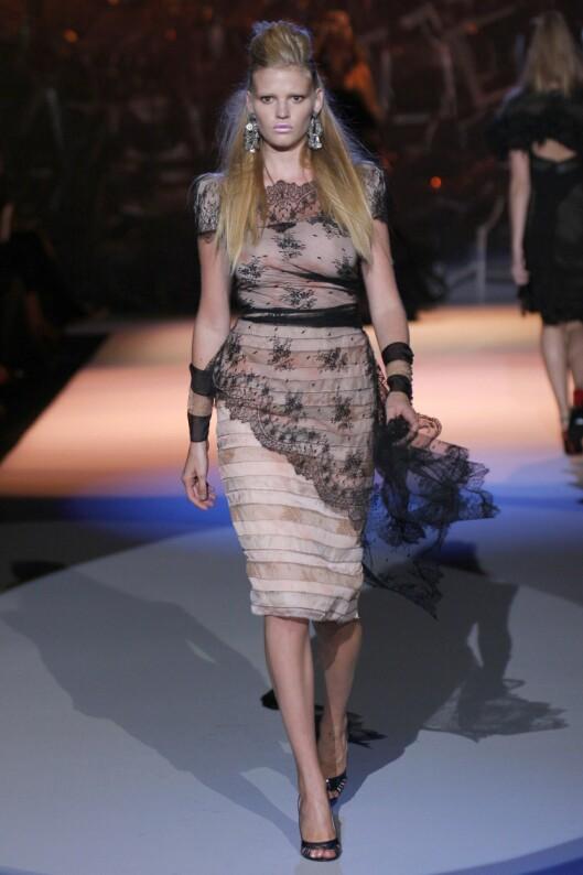 Lara Stone, her iført klær fra Zac Posen, har overrasket moteverdenen med å holde på sin størrelse 36.  Foto: All Over PressAll Over PressAll