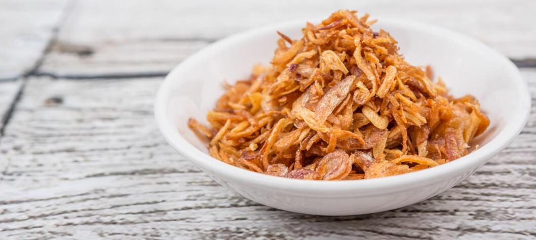 SPRØ LØK: Tar du en spiseskje sprø løk på pølsa får du i deg 90 kalorier ekstra.  Foto: NTB Scanpix