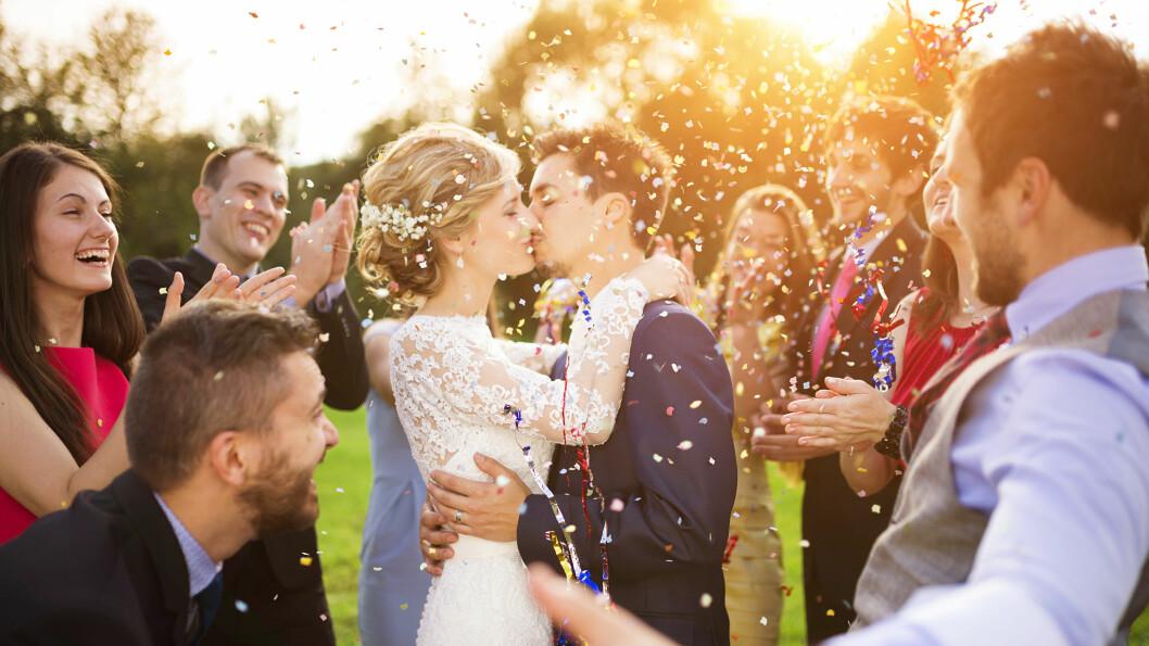 BRYLLUP: Det er klart mulig å få til drømmebryllupet på budsjett. Å legge bryllupet til et lokale der dere får stå for mat og drikke selv, kan for eksempel spare dere for mye penger.  Foto: Scanpix