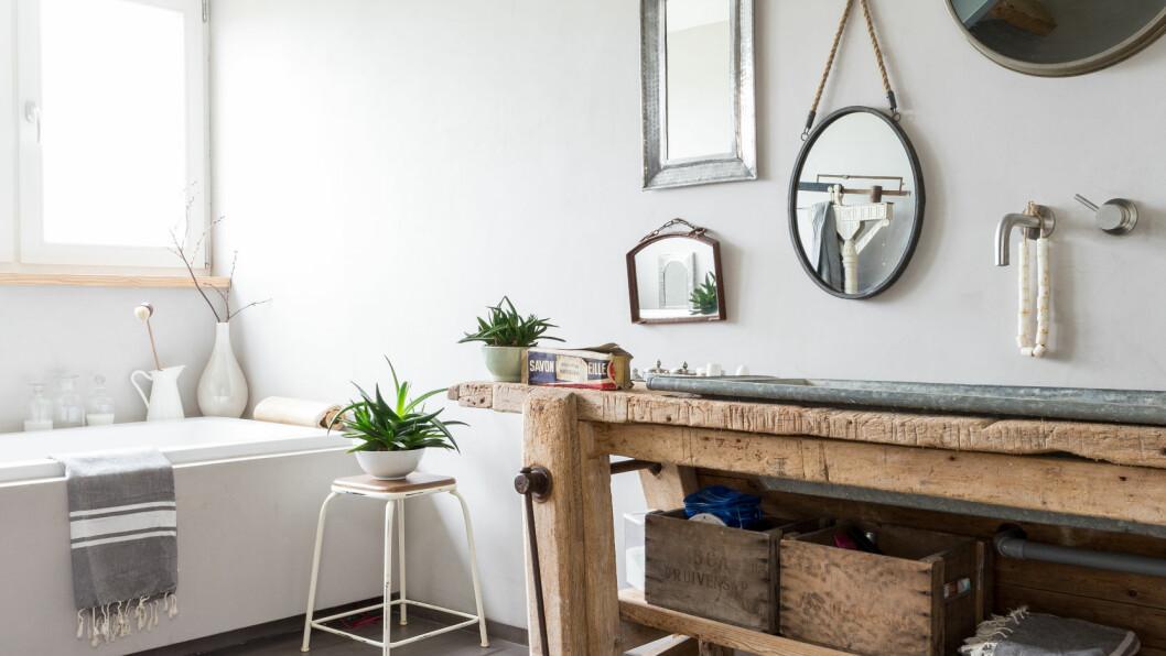 INTERØR TIL BAD: Glatte, malte flater mot røft og rustikk gjøre rommet spennende og vakkert. Og du kan gjøre mye selv - for lite penger! Foto: IDECOR IMAGES