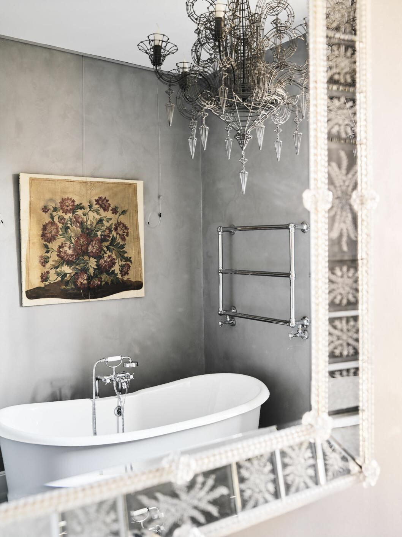 OVERRASKENDE: Fra tradisjonelt til fantastisk. Et smykke av en lampe i taket på badet løfter rommet til nye høyder. Foto: LIVING INSIDE