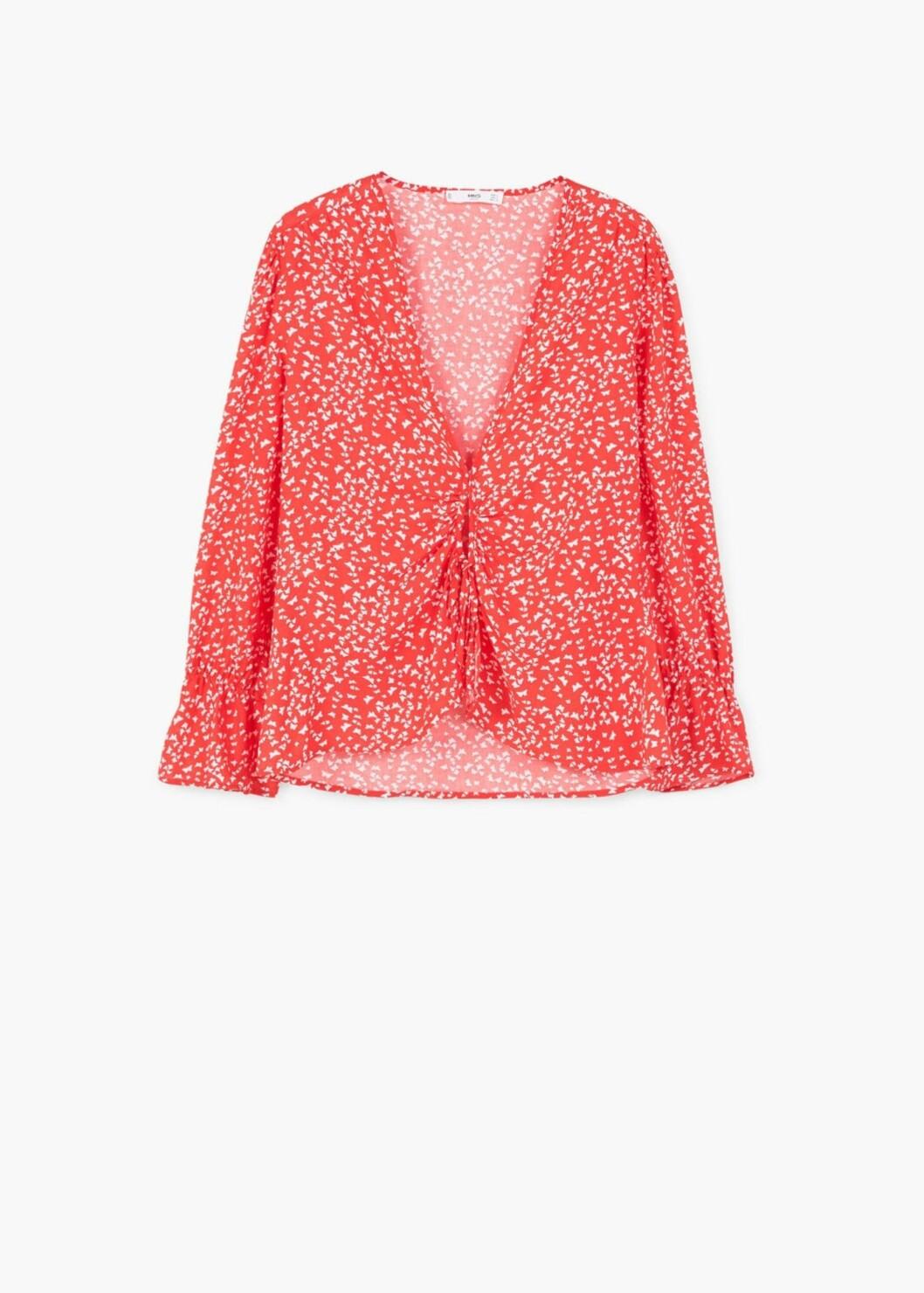 <strong>Bluse fra Mango | kr 299 | http:</strong>//shop.mango.com/NO/p1/damer/kl%C3%A6r/skjorter/bluser/bluse-med-sl%C3%B8yfe-og-trykk?id=13040564_70&n=1&s=prendas.camisas&ts=1494837540994