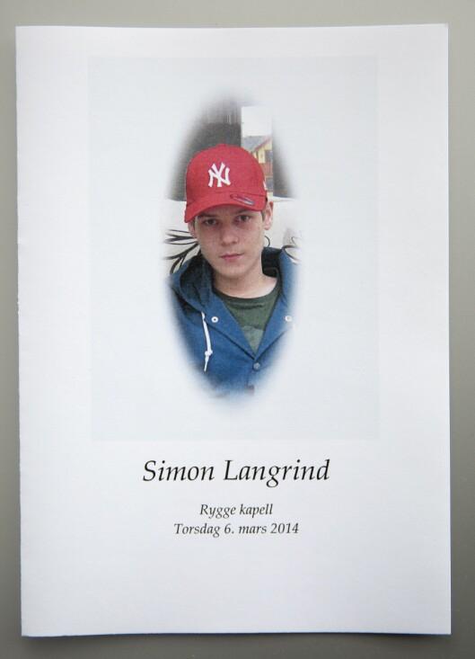 I BEGRAVELSEN: Anita fant fram et fint bilde av Simon fra da han var barn til begravelsen. Foto: Privat
