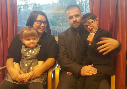 VENTER SITT TREDJE BARN: Rosalinda Dueskar og mannen Ronny Aune Dueskar venter nå sitt tredje barn. Her sammen med barna Adrian og Mariell.  Foto: Privat