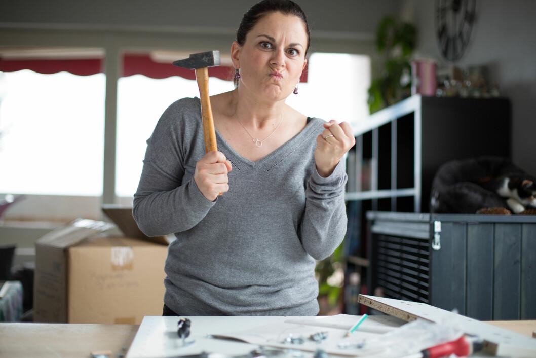 FORBANNA: Flatpakkede møbler kan få frem det verste i oss. Foto: STUDIO M / Shutterstock / NTB scanpix