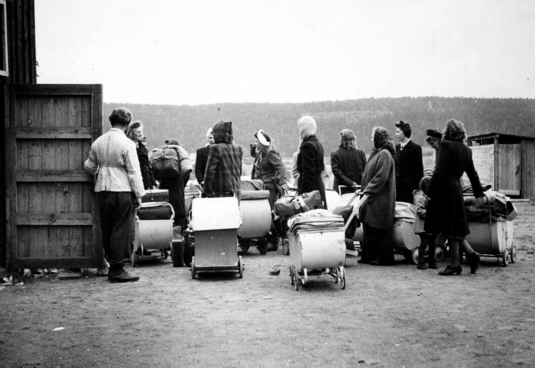 MÅTTE RØMME ETTER KRIGEN: Flere av krigsbarna og deres mødre - som ble kalt «Tyskertøser» - forlot landet etter krigen ettersom de ble hetset og anklaget for landsforræderi. Dette bildet viser en gjeng norske og tyske kvinner, og deres barn, på vei til Tyskland i 1946. Foto: NTB Scanpix
