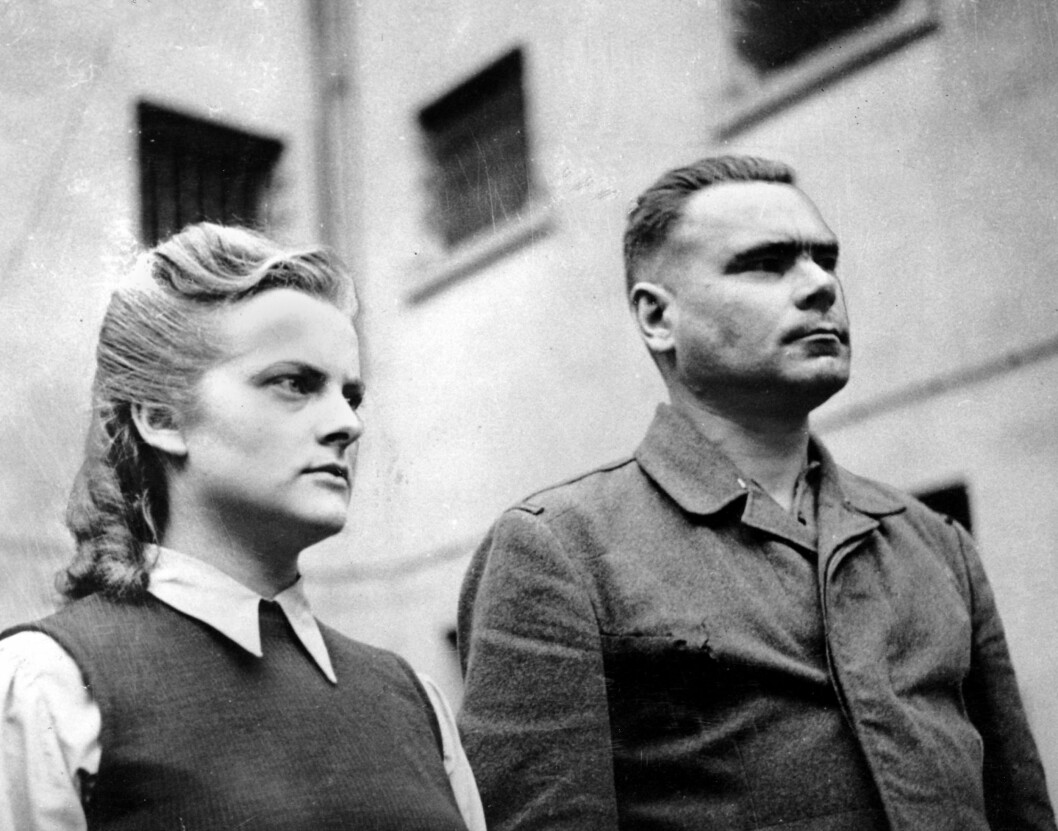 NAZISTER: Irma Grese fotografert med SS-kommandant Josef Kramer i april 1945. De ble begge to hengt 13. desember 1945. Foto: NTB Scanpix