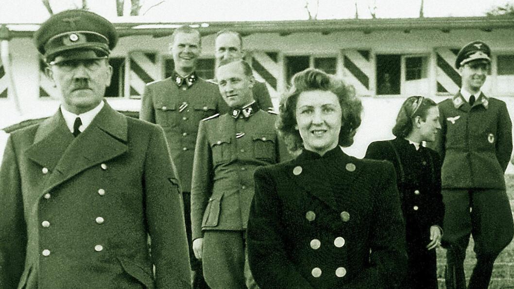 BLE HITLERS KONE TIL SLUTT: Eva Braun og Adolf Hitler fotografert i 1940 på Hitlers landssted Berghof i Tyskland. Det var også her den norske forfatteren Knut Hamsun var på visitt hos Hitler i 1943. Eva Braun var en ivrig fotograf - og i hånden holder hun nettopp et fotoapparat.  Foto: NTB Scanpix
