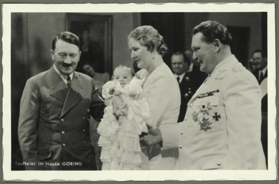 GUDFAR: Adolf Hitler fikk det ærefulle oppdraget med å være gudfar for datteren til Emmy og Hermann Göring i 1938. Den lille jenta fikk navnet Edda. Foto: NTB Scanpix
