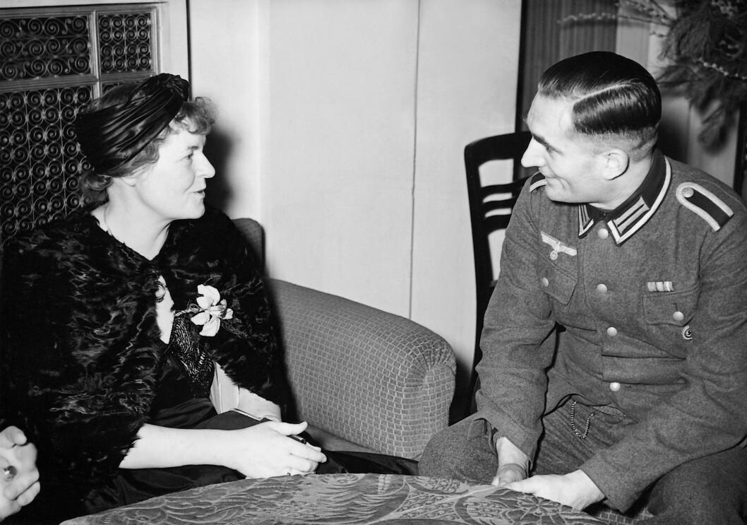 MARIE HAMSUN: Knut Hamsuns kone hadde tett kontakt med flere nazi-topper. Dette bildet er tatt i 1941 i forbindelse med en tur til Tyskland hvor hun holdt foredrag. Foto: NTB Scanpix