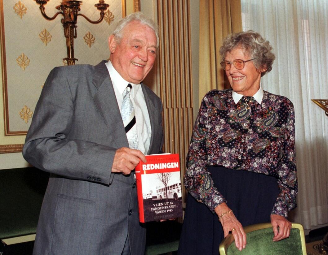 <strong>FANGE OG MEDHJELPER:</strong> Motstandsmann og forfatter Kristian Ottosen var en av de totalt 258 «Nacht und Nebel»-fangene som berget livet på grunn av Wanda Heger. Her er de to fotografert sammen i forbindelse med utgivelsen av Ottosens bok «Redningen - Veien ut av fangenskapet våren 1945» i 1998. Foto:  NTB scanpix