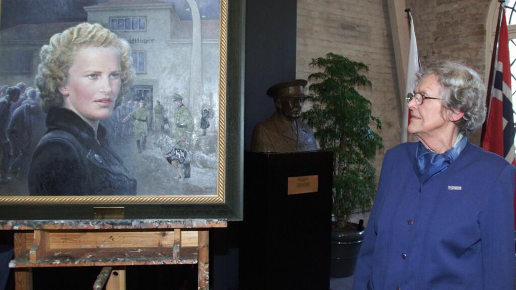 ANDRE VERDENSKRIG: I 2001 ble Wanda Hjort Heger tildelt Norges Røde Kors' Hederstegn for sin innsats for krigsfanger under andre verdenskrig. Portrettet av Wanda er malt av kunstner Kari Grasmo. Foto: NTB scanpix