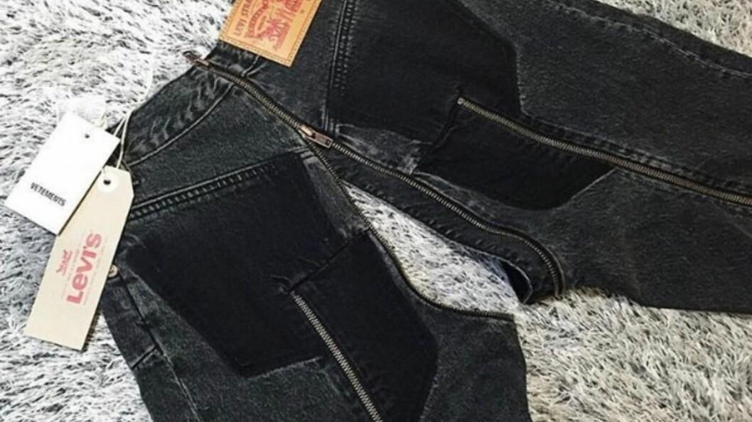 <strong>JEANS-HYSTERI:</strong> De nye buksene fra samarbeidet til Vetements og Levi's har fått massiv oppmerksomhet - spesielt for hvor de har valgt å plassere glidelåsene sine. Foto: Skjermdump fra Instagram / @vetements_official