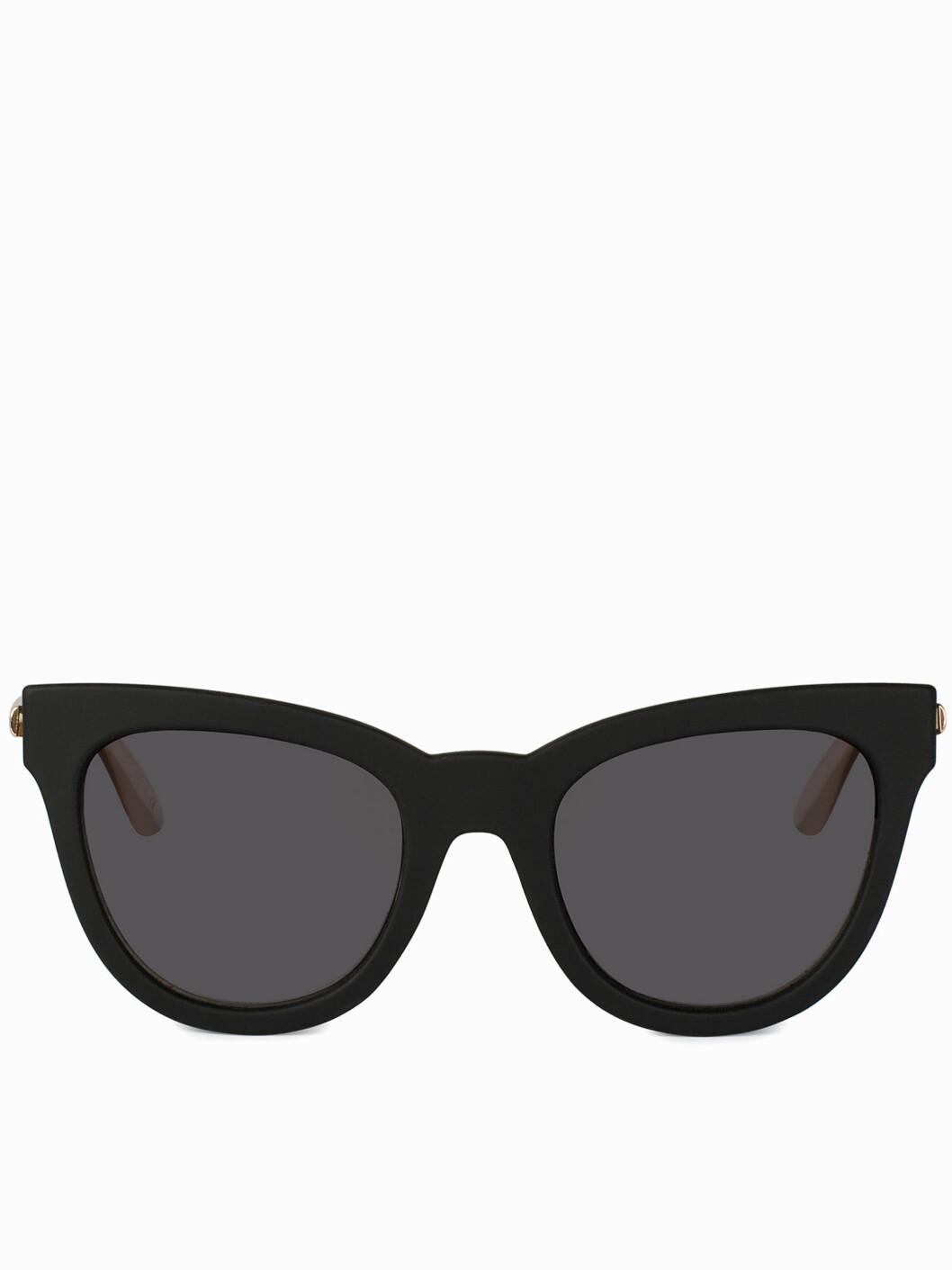 CAT EYE: Slik ser en solbrille med cat eye-form. De med kvadratisk og ovalt ansikt kler disse godt! Dersom du har langt eller rundt ansikt, er kanskje ikke dette den heldigste formen på solbrille for deg. Foto: Nelly.com