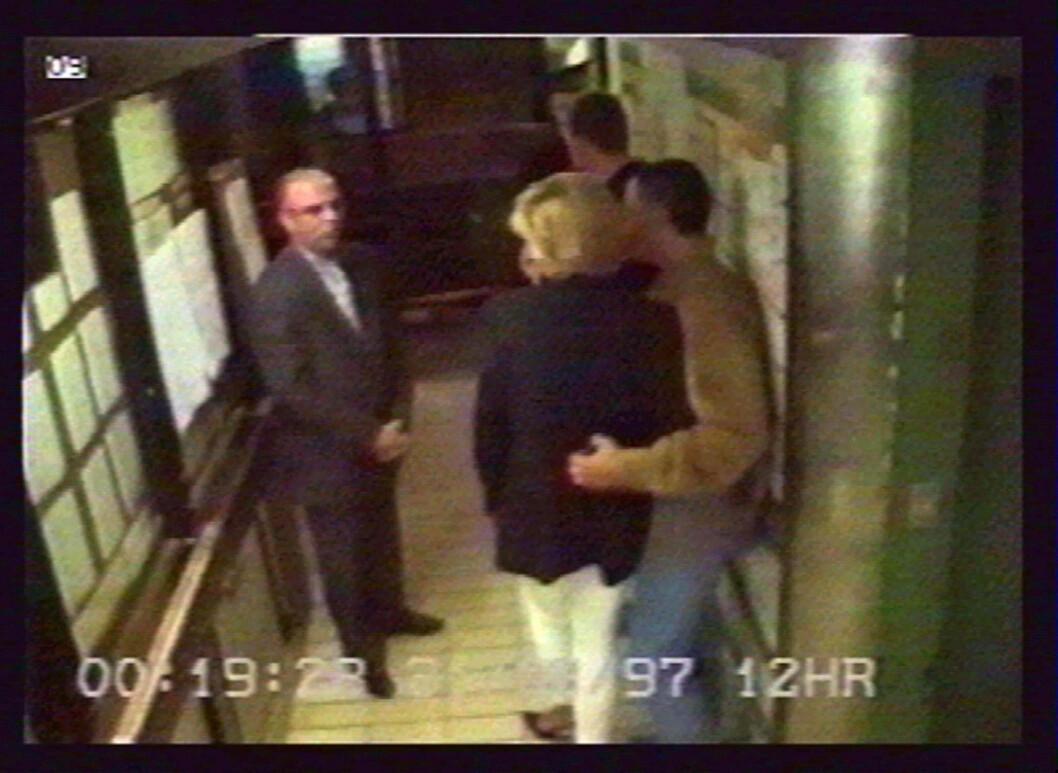 DE SISTE MINUTTENE: Prinsesse Diana i armkroken på kjæresten Dodi Fayed ett minutt før de skal kjøre fra Hotel Ritz til Fayeds leilighet. Her i samtale med sjåfør Henri Paul. Fire minutter senere er alle tre døde. Bildet er tatt fra hotellets overvåkningskamera. Foto:  Foto: NTB Scanpix