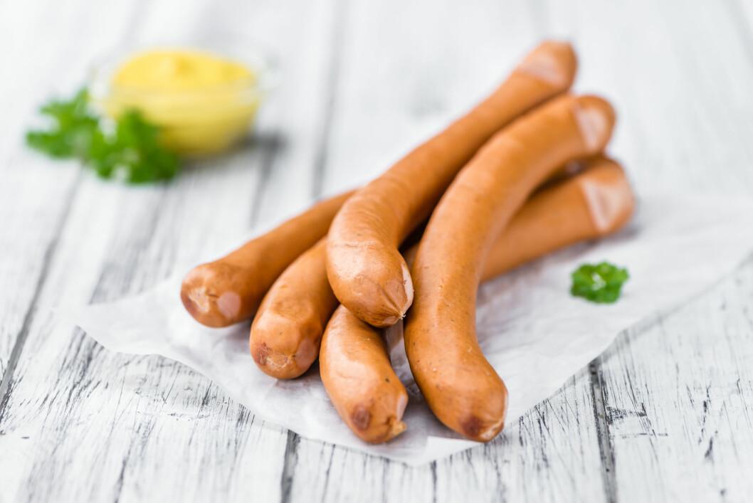 KALDE PØLSER: Visste du at det ikke er å anbefale å spise kalde pølser? Det stemmer. De kan nemlig inneholde en farlig bakterie. Foto: Shutterstock / HandmadePictures