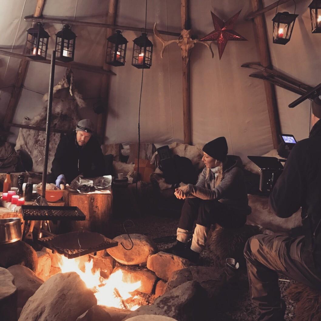 I KULISSENE: Programleder Jannecke Weeden og mesterkokk Stian Floer reiser Norden rundt for å by på kulinariske opplevelser og spennende overnattingsperler. Foto:  Foto: Privat