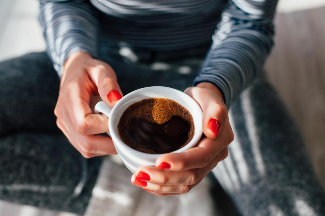 VENT MED KAFFEN: Ifølge eksperter er det ikke noe vits å drikke kaffe før halvannen time etter du våkner. FOTO: NTB Scanpix