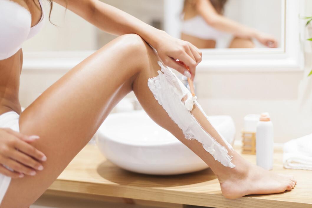 BARBERING: Mange kvinner er dårlig på barbering og kan oppleve  røde nupper, irritert hud, sår og infeksjoner som følge av intimbarbering. Så vær nøye med hygienen når du skal barbere deg. Foto: Shutterstock / gpointstudio