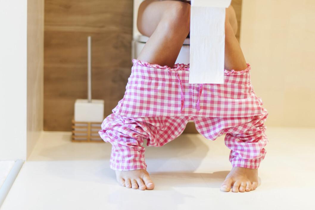 BLØDENDE MAGESÅR? Et blødende magesår kan føre til tjæreliknende avføring, men vær obs på at ikke alle får symptomer før blødningen starter. Foto: Shutterstock / gpointstudio