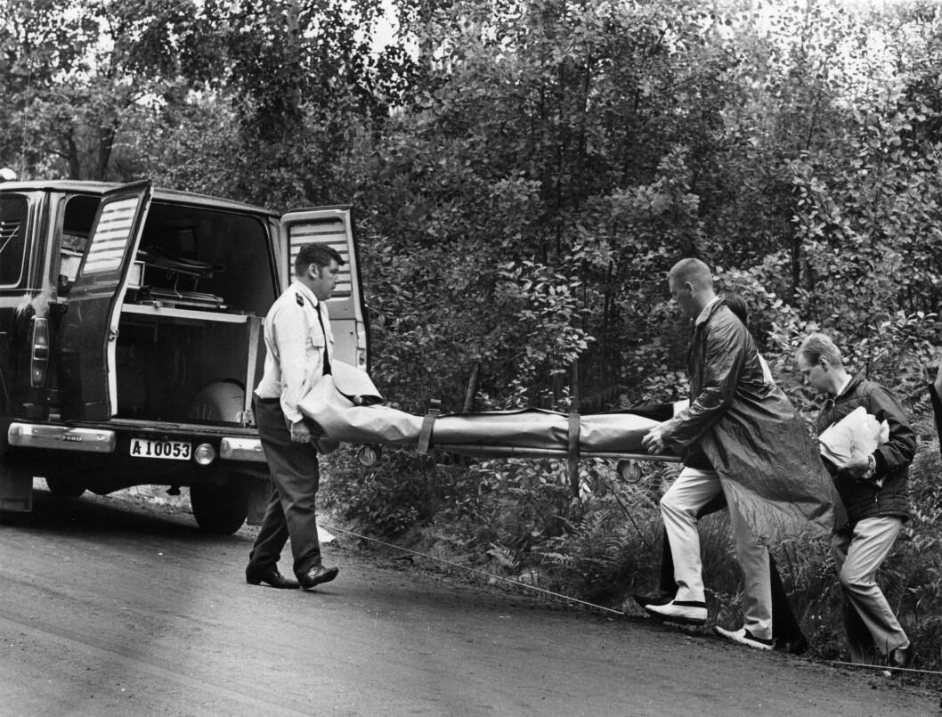 BLE FUNNET DREPT: Rettsmedisiner Sven-Olof Lidholm (tv) transporterer kroppen til Jeanette Johansson, etter at hun ble funnet drept i Södertälje. Foto: EXPRESSEN