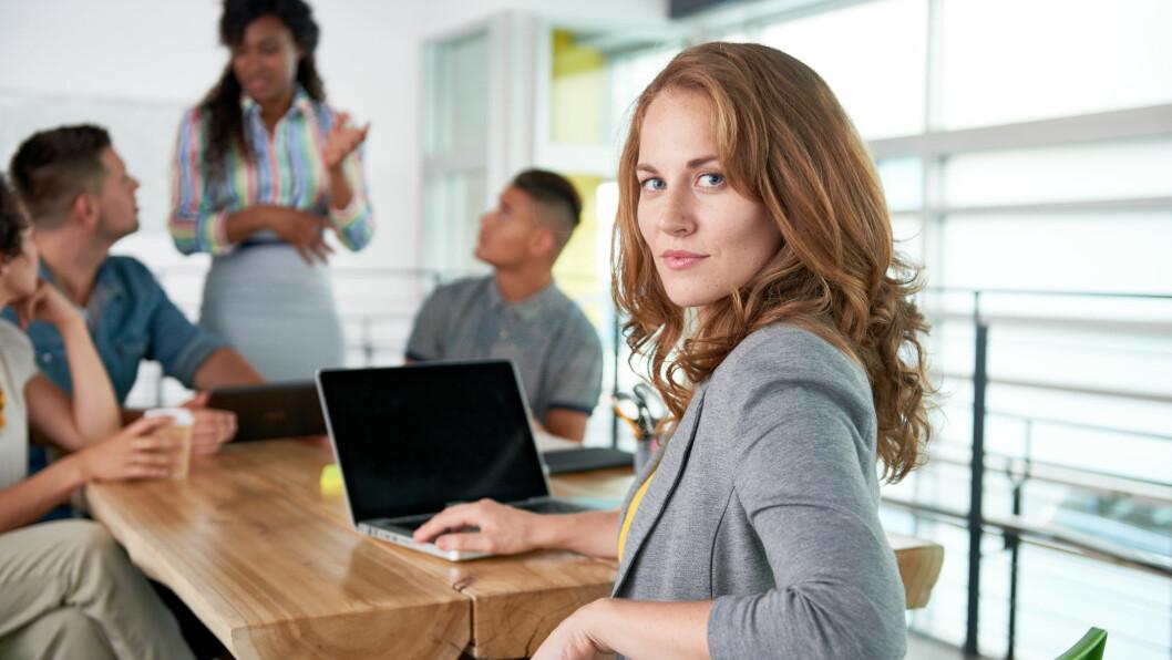 KVINNELIGE LEDERE: Noen ser fortsatt på kvinnelige ledere som mindre autoritære enn mannlige, ifølge psykolog.  Foto: Shutterstock / ESB fStock