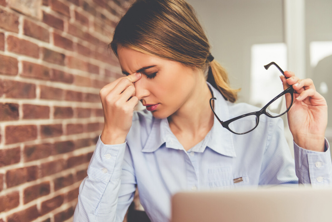 MISTER KONSENTRASJONEN: Har du droppa frokosten kan du nok kjenne at det blir litt vanskeligere å sitte foran PC-en på jobb. Men mange kjenner seg mer energiske etter en viss tid uten mat.  Foto: Scanpix