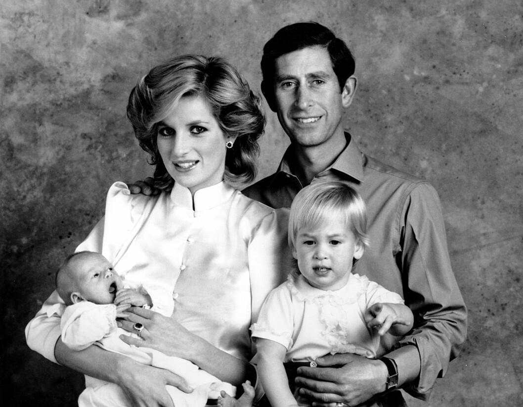 LYKKEN BRAST: I 1981 giftet Diana seg med prins Charles, og sammen fikk de to barn. Den populære tobarnsmoren ble et yndet objekt for paparazzi-fotografene, og mange har spekulert i om dette til slutt ble hennes død. Her er familien på fore fotografert på Kensington Palace i London i 1984.  Foto:  Foto: NTB Scanpix