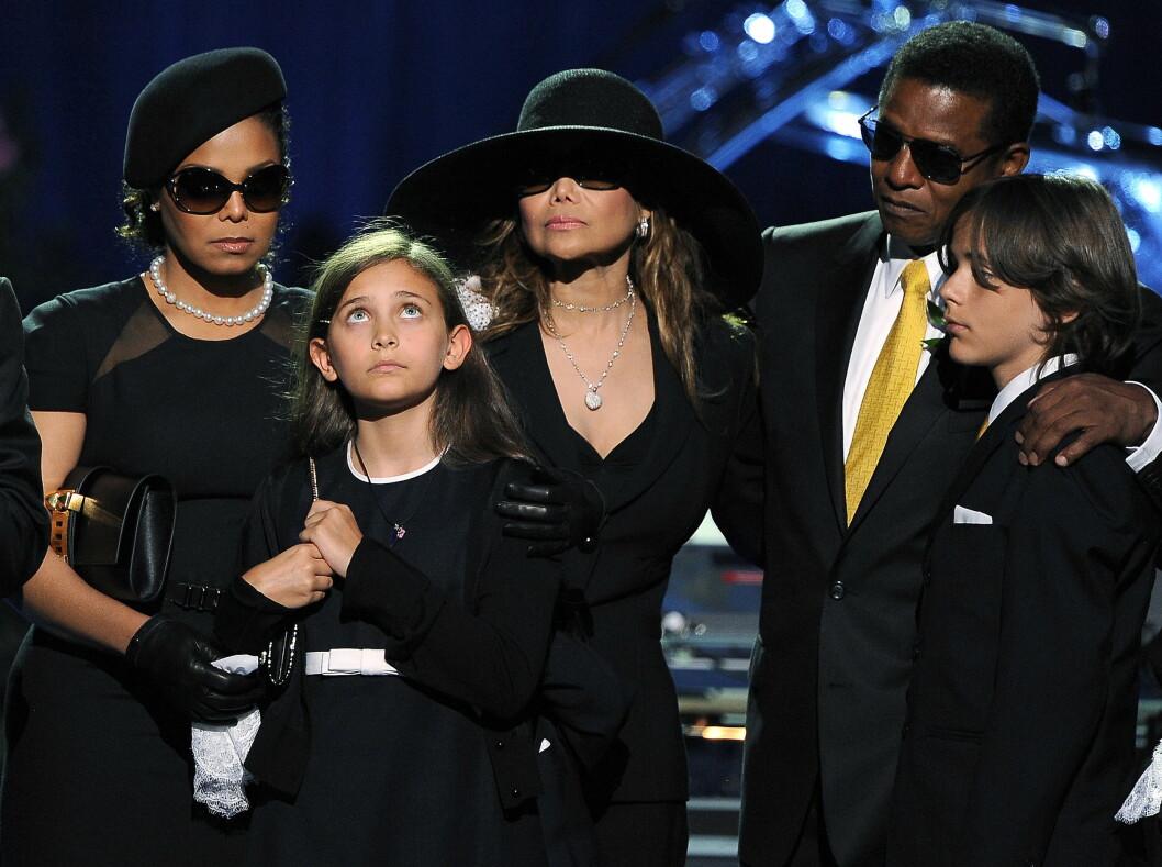 BEGRAVELSEN: Michael Jackson døde brått i 2009. Her er Paris Jackson sammen med broren Prince Michael, Janet Jackson LaToya Jackson og Jermaine Jackson.  Foto: REUTERS